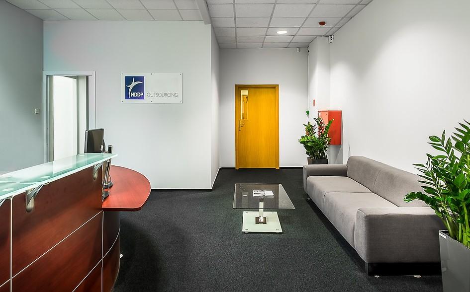 Nasze miejsce pracy  Chcąc jeszcze bardziej przybliżyć firmę Klientom, przyszłym Współpracownikom iPartnerom Biznesowym przedstawiamy zdjęcia naszej lokalizacji ipomieszczeń biura księgowego wWarszawie. Nasze biuro systematycznie się rozwija, anaponiższych zdjęciach przedstawiamy najnowszy open space irecepcję.